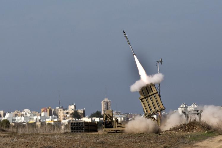 Система «Железный купол» сработала в южном израильском городе Ашдод в ответ на ракету, запущенную из соседнего палестинского сектора Газа, 18 ноября 2012 года.