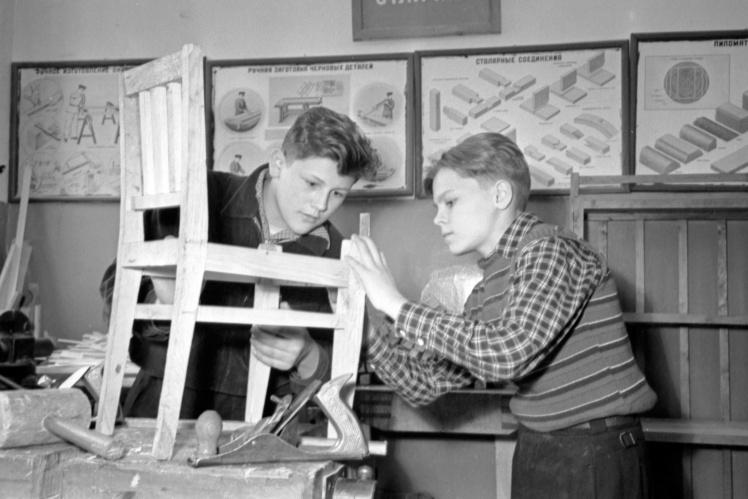Учні Київської середньої школи № 71 виготовляють стільчики для дитячого садка на шкільній фабриці меблів, квітень 1959 року.
