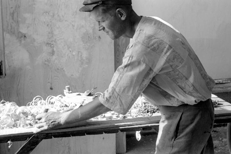 Рабочий Николаевского судостроительного завода, шефствующего над средней школой №37, на воскреснике по ремонту школы, Николаев, 2 июня 1946 года.