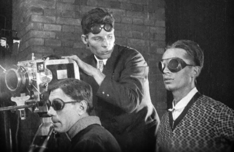 Режисер Дзиґа Вертов (крайній зліва) веде зйомку на Київській кінофабриці, 1929 рік.