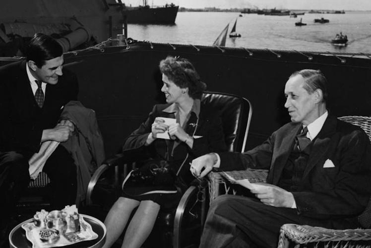 Анна Рузвельт с американскими дипломатами на борту военного корабля во время возвращения с Ялтинской конференции, февраль 1945 года.