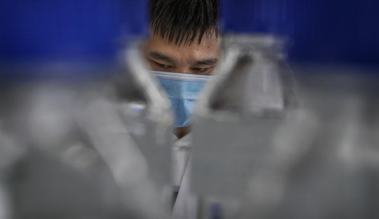 Технічний фахівець у лабораторії Sinovac Biotech у Пекіні.