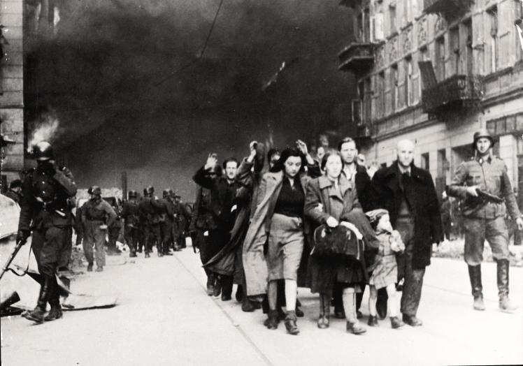 Полонених євреїв, які брали участь у повстанні у Варшавському гетто, виводять з міста нацистські війська, Варшава, Польща, 19 квітня 1943 року.