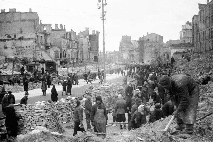 Киевляне на воскреснике по восстановлению Крещатика, 10 апреля 1944 года.