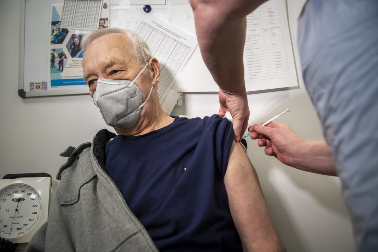Вакцинація в одному з медичних центрів в Англії, 11 січня 2021 року. Велика Британія планує вакцинувати 15 мільйонів людей до середини лютого.