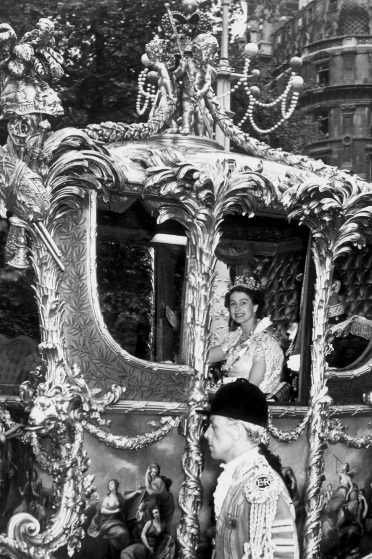 Єлизавета їхала у спеціальній кареті Gold State, пізніше вона скаржилася, що поїздка була вкрай некомфортною і вона «весь час підстрибувала на жорстких сидіннях». На фото: Єлизавета та її чоловік принц Філіп їдуть на коронацію.