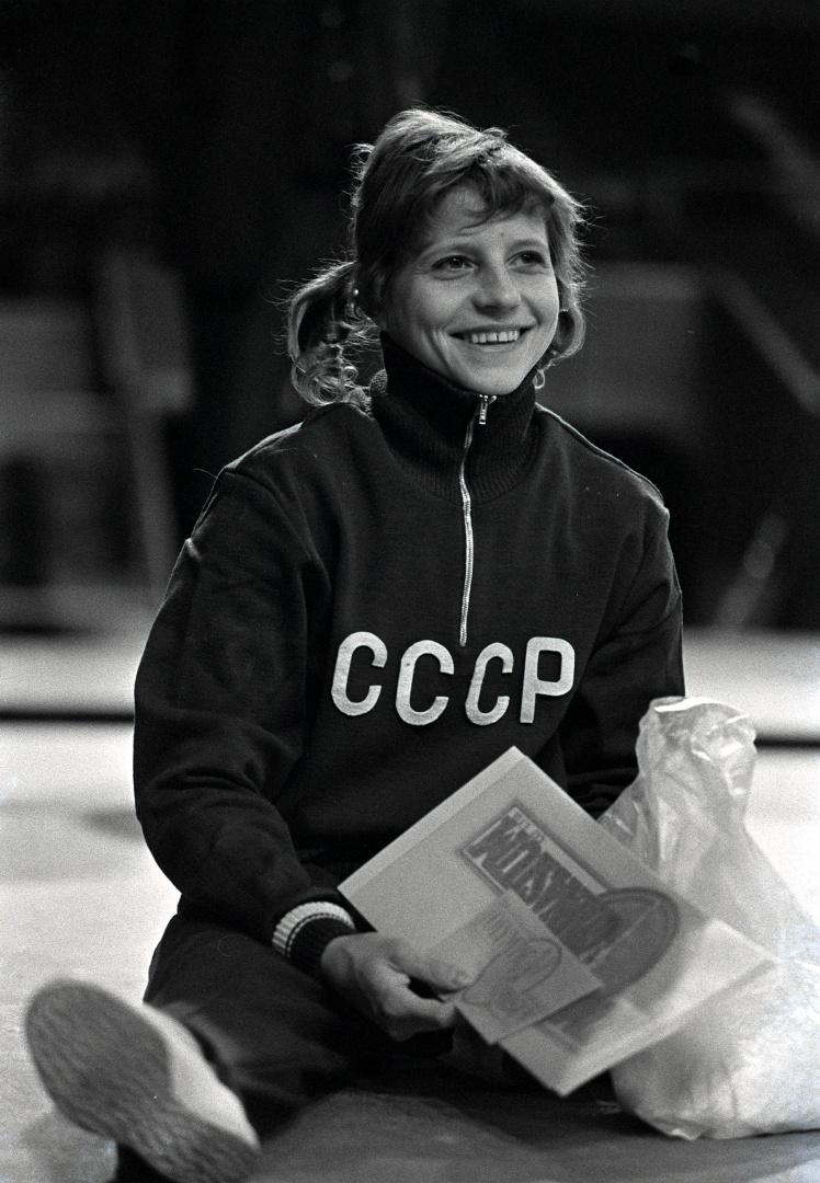 Трехкратная олимпийская чемпионка Ольга Корбут во время визита с показательными выступлениями в Лондоне, 4 апреля 1973 года.