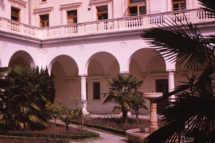Внутренний двор Ливадийского дворца через 15 лет после Ялтинской конференции.