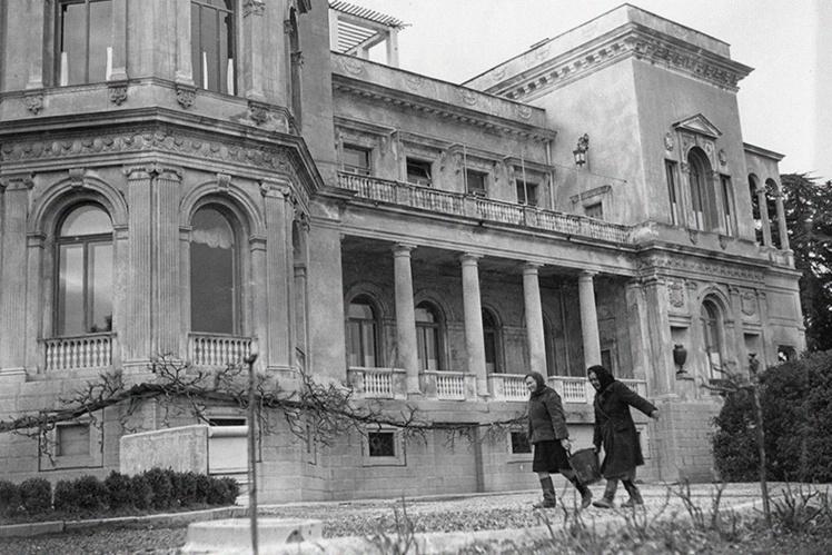 Обслуживающий персонал Ливадийского дворца во время Ялтинской конференции, февраль 1945 года.