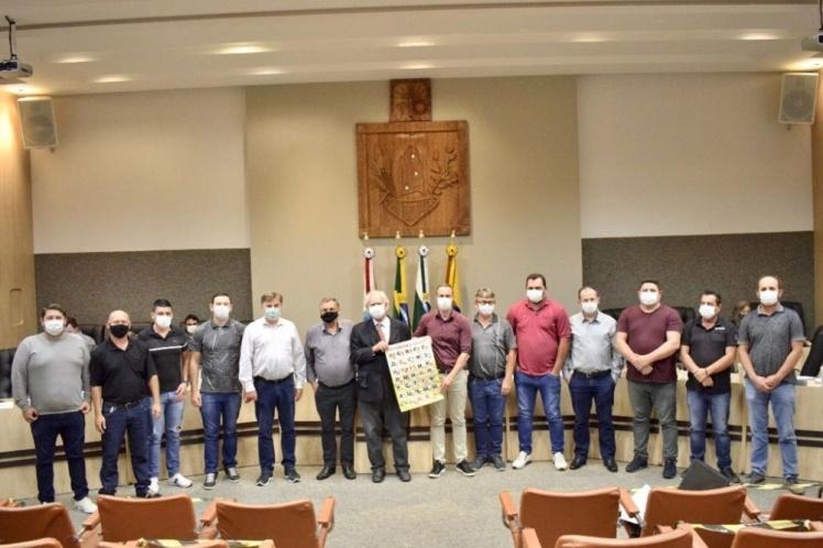 Депутаты после предоставления украинскому языку статуса официального в Прудентополисе, Бразилия.