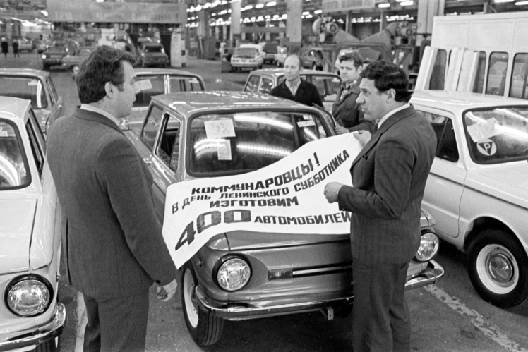 Члены штаба по проведению Всесоюзного коммунистического субботника Запорожского автомобильного завода обсуждают план работы, 12 марта 1982 года.