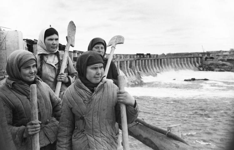 Бетонщицы-стахановки на восстановлении ДнепроГЭСа, 1945 год.