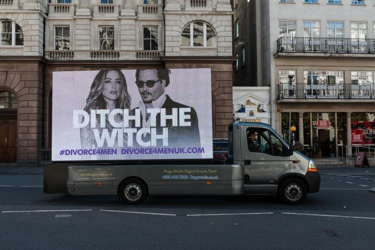 Екран з написом Ditch the Witch («Позбудься відьми»), встановлений прихильниками Деппа під стінами Високого суду в межах кампанії Divorce for Men («Розлучення для чоловіків»). Лондон, 20 липня 2020 року.