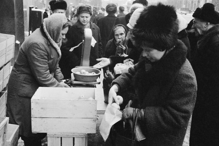 Очередь за яблоками в Москве, 1965 год.