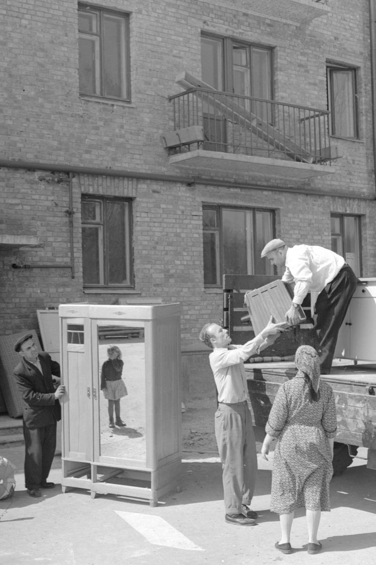 Семья слесаря-ударника Ивана Шведенко вселяется в новую квартиру по улице Песчаной (сейчас улица Виктора Ярмолы в Шевченковском районе Киева), 24 апреля 1962 года.