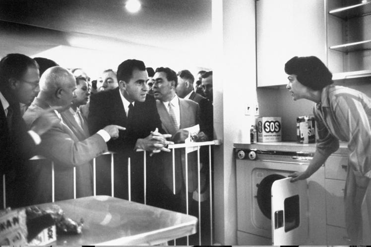«Кухонные дебаты» Никиты Хрущева и Ричарда Никсона на американской выставке в Москве, 25 июля 1959 года.