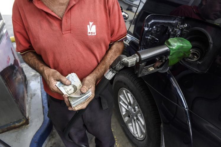 Співробітник рахує банкноти на заправній станції Petroleos de Venezuela SA в Каракасі, 3 серпня 2018 року.