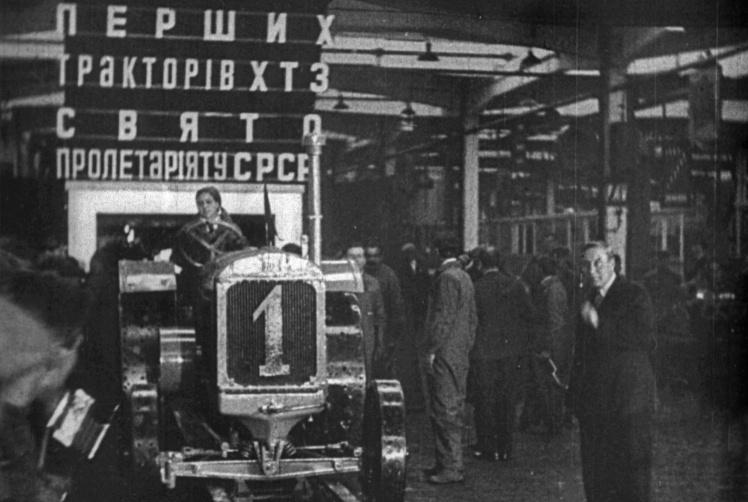 Випуск першого трактора на Харківському тракторному заводі, за кермом комсомолка Марія Бугайова, 1931 рік.