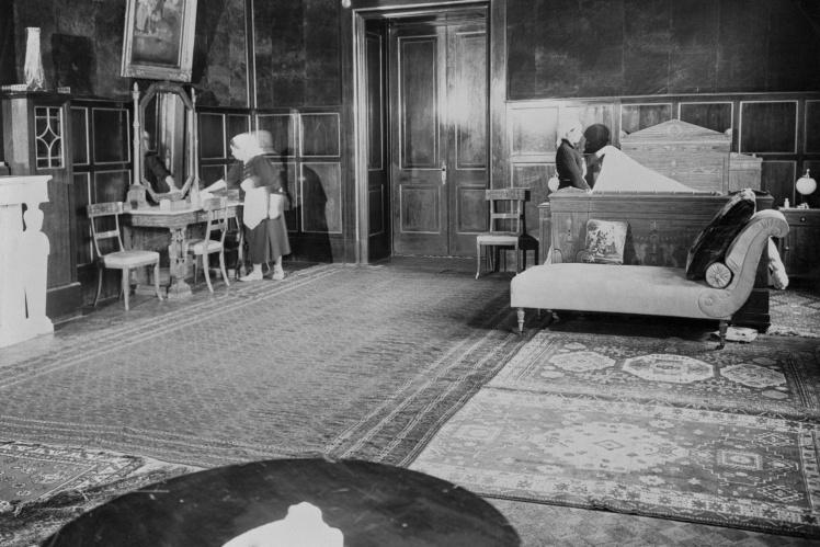 Горничные готовят постель для Рузвельта в Ливадийском дворце, февраль 1945 года.