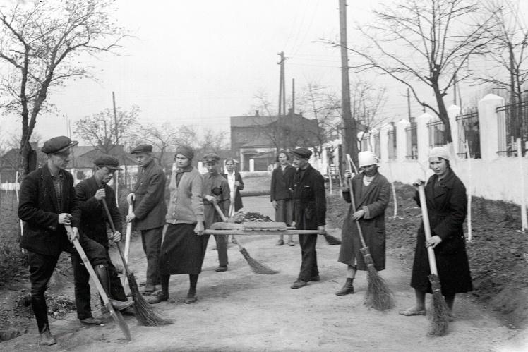 Воскресник служащих союза «Рабис» (работников искусств), Сталино (сейчас Донецк), 1934 год.