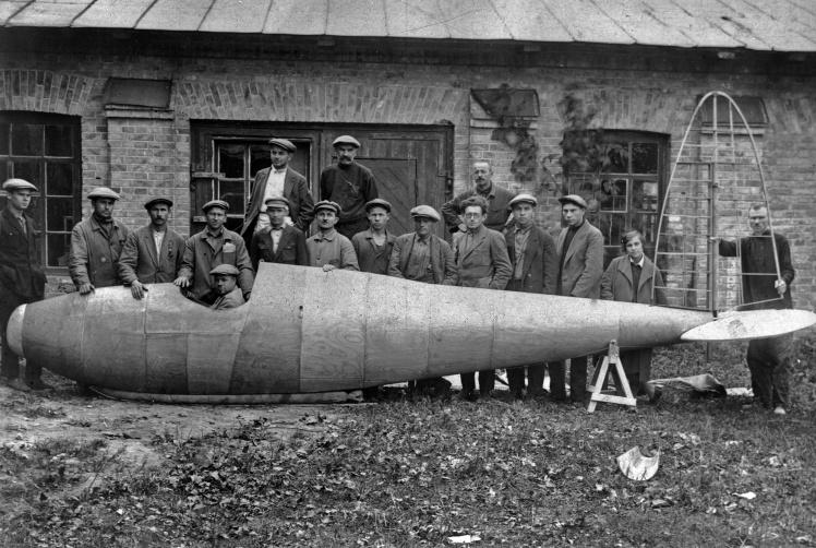 Інженери Київського авіаційного заводу біля фюзеляжу нового планера «Гриф», 1929 рік.