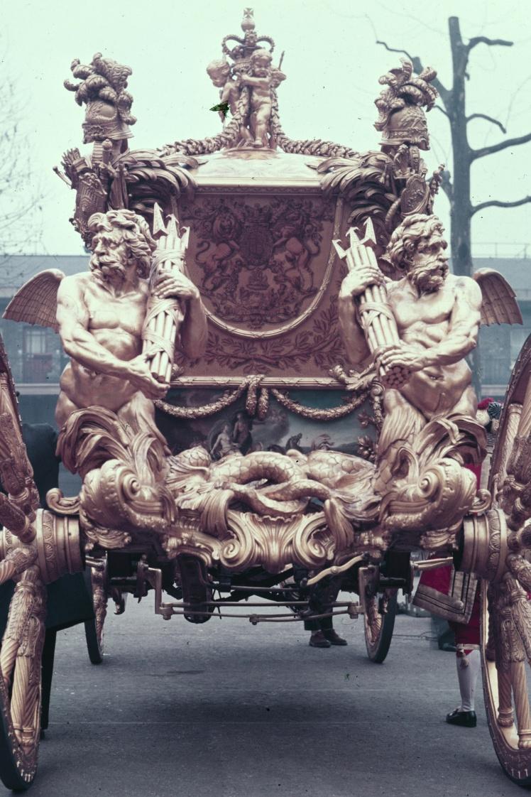 Позолочену карету Gold State вагою в чотири тонни, понад 7 метрів завдовжки і близько 4 метрів заввишки побудували у 1762 році. На фото: задня частина карети з тритонами, які символізують міць Британської імперії.