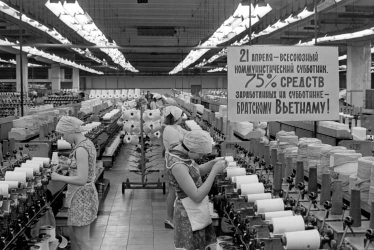 Участок текстильного цеха Черкасского завода химволокна в день Всесоюзного коммунистического субботника, 21 апреля 1979 года.