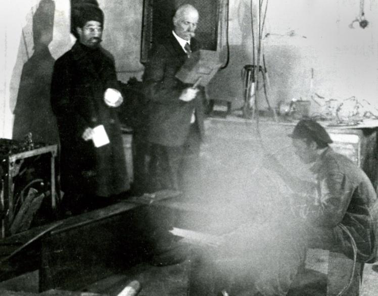 Академік Євген Патон (у центрі) в електрозварювальній лабораторії в Києві, 1931 рік.