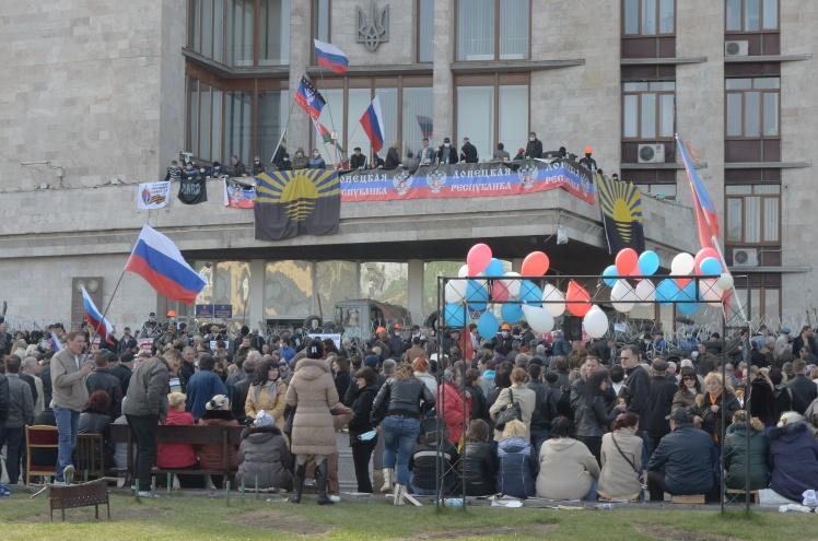 Прихильники «ДНР» в будівлі Донецької ОДА. Донецьк, 7 квітня 2014 року.