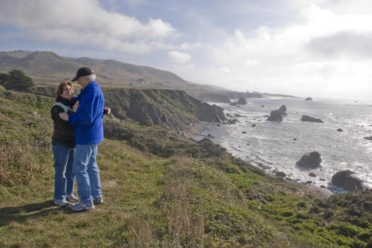 Фото названо «Маленькие люди, большой берег».