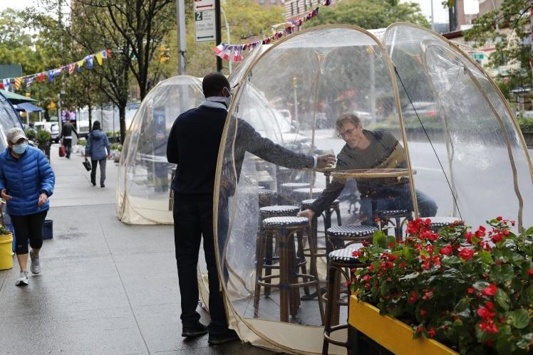 Тенты социального дистанцирования в ресторане, Нью-Йорк, США, 13 октября 2020 года.
