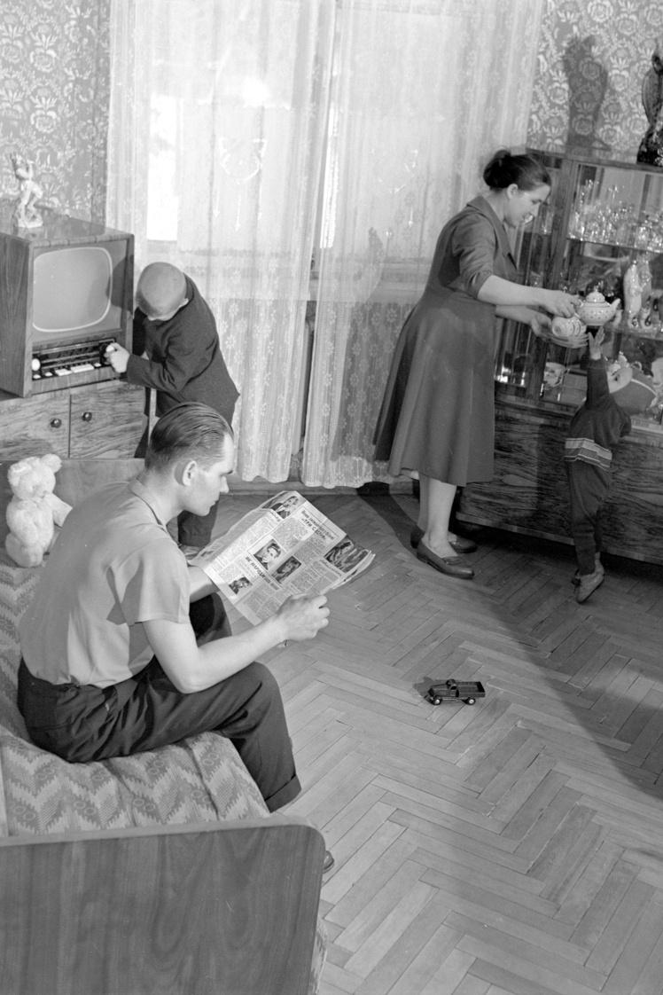 Бригадир-рационализатор Дарницкого шелкового комбината Мельник Н. читает журнал в своей новой квартире в Киеве, 5 февраля 1964 года.