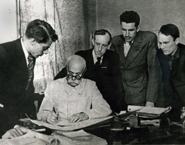 Євген Патон (другий ліворуч) із синами Володимиром (крайній ліворуч) і Борисом (крайній праворуч), 1950-ті роки.