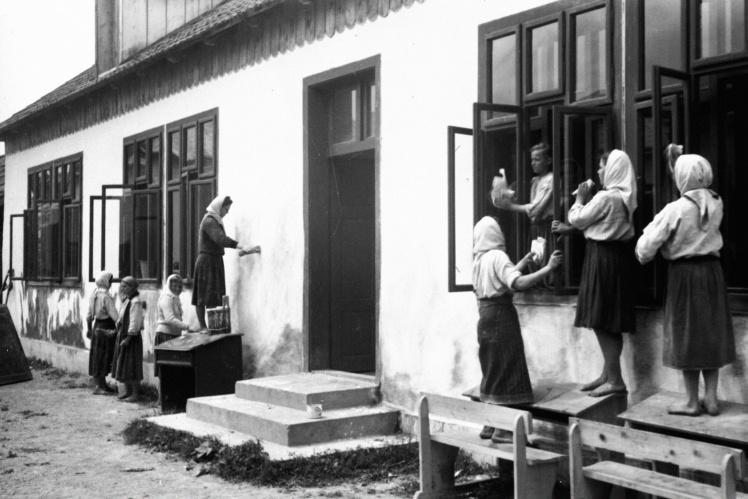 Побелка школы силами колхозников во время субботника в селе Испас Черновицкой области, июнь 1947 года.