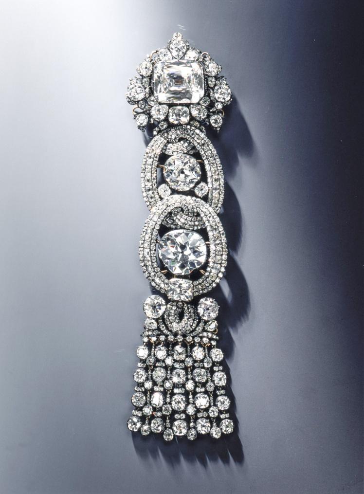 Эполет с Дрезденским белым бриллиантом.