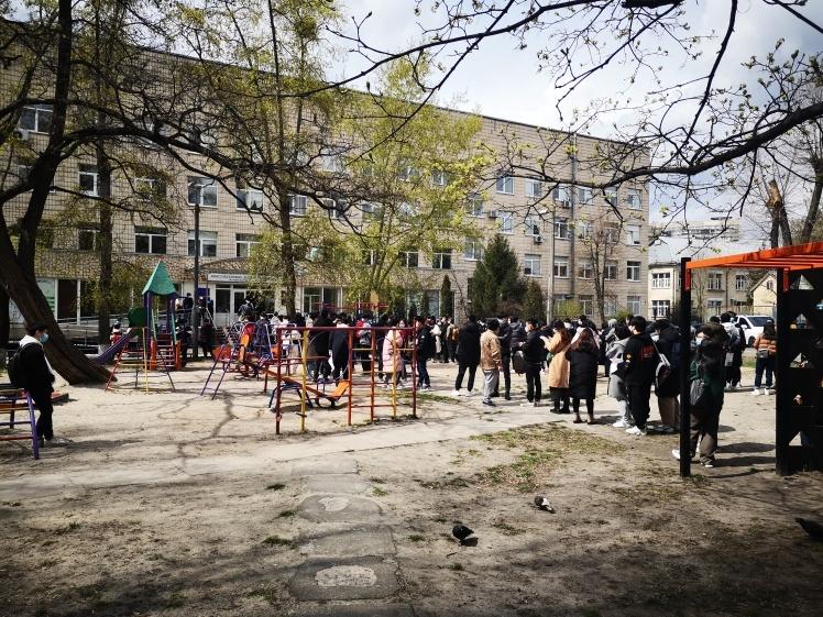 Черга громадян Китаю перед київським пунктом вакцинації 27 квітня о 13:15.