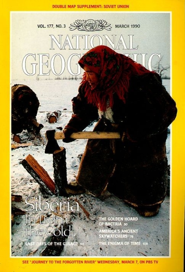 Березень 1990 року. На обкладинці ненецька жінка з групи кочовиків-оленярів рубає дрова на стоянці в сибірській тундрі.