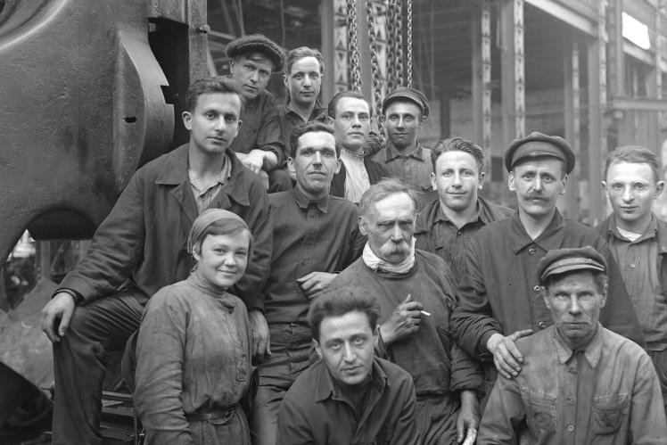 Група ударників суднобудівного заводу «Ленінська кузня» (зараз завод «Кузня на Рибальському») в Києві, фото до 1941 року.