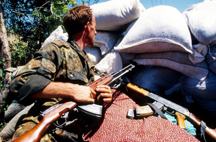 Солдат Армії визволення Косова — албанського збройного формування, яке обстоювало самостійність Косова від Федеративної Республіки Югославії, 19 липня 1998 року.