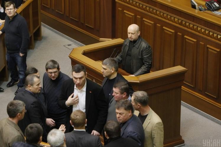 Новообраний спікер ВР Олександр Турчинов виступає перед народними депутатами під час засідання парламенту в Києві, в суботу, 22 лютого 2014 року.