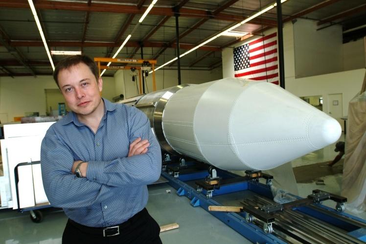 Ілон Маск позує біля ракети у офісі SpaceX.