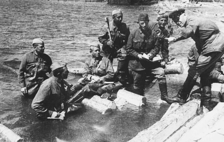 Советские солдаты строят переправу через реку, лето 1941 года.