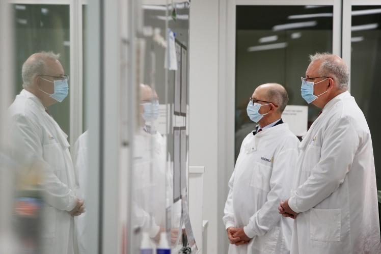 Премьер-министр Австралии Скотт Моррисон и профессор Питер Келли в лаборатории AstraZeneca в Сиднее, 19 августа 2020 года.
