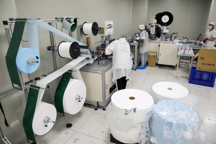Виробництво захисних масок на фірмі Taiwan Comfort Champ Manufacturing, 12 червня 2020 року.