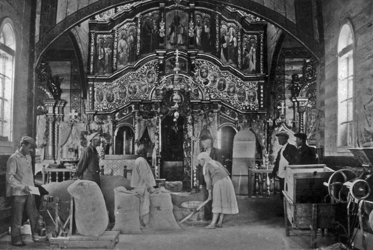 Зважування зерна в колишній церкві, в якій влаштували зерносховище, місто Васильків Київської області, початок 1930-х років.