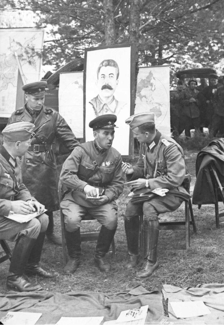 Німецьке і радянське командування обговорює деталі проведення спільного параду в Бресті під портретом глави СРСР Йосипа Сталіна, 22 вересня 1939 року.