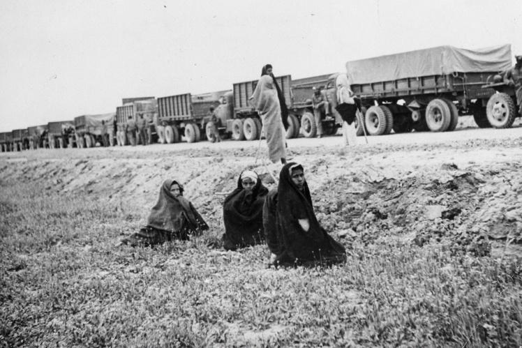 Иранские женщины наблюдают за конвоем американских грузовиков с поставками по ленд-лизу для СССР, 5 июня 1943 года.