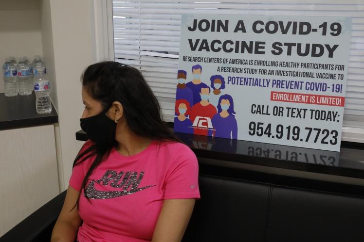 Добровольцы ожидают инъекцию экспериментальной вакцины Pfizer. Лаборатория Research Centers of America во Флориде. 9 сентября 2020 года.