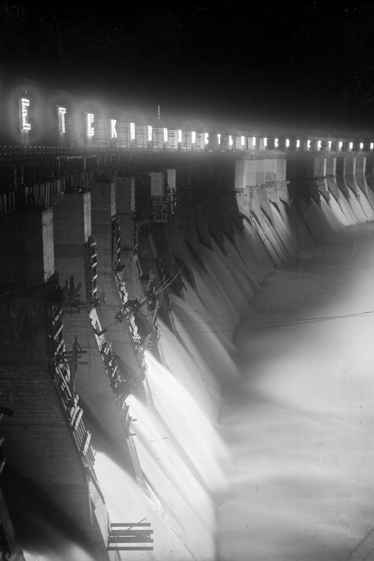 Общий вид плотины ДнепроГЭСа ночью, Запорожье, 1932 год.