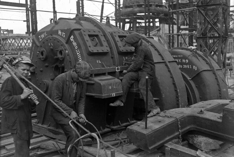 Монтаж дизельного генератора доменного цеху Запорізького металургійного комбінату «Запоріжсталь», 1932 рік.